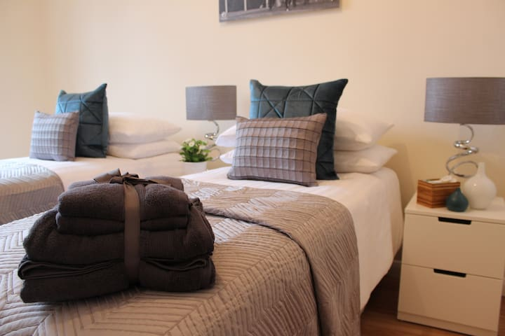 Lion House Chester - Very Near Zoo & Ideal for City - Sleeps Up to 6