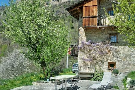 La natura dolce e selvaggia della Valle Maira - Camoglieres - 一軒家