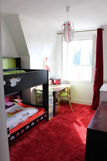 La chambre 3 (étage 2)(chambre enfants) avec un lit superposé et possibilité de disposer d'une troisième matelas (rangé sous le lit)