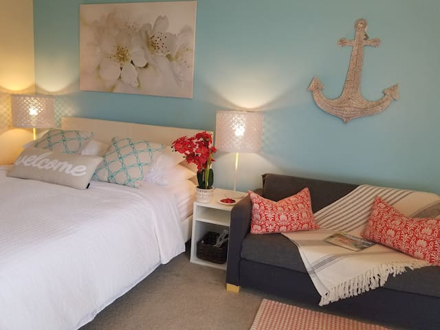 Beautiful Bedroom near beach & airport