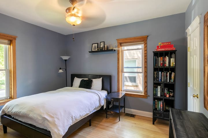 Comfy Lakeview 2 Bed- Walk to Wrigley Field!