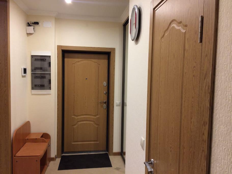 Вид двери изнутри помещения.  Входная дверь имеет качественную шумоизоляцию, удобную систему засовов от возможного несанкционированного открывания двери и сферический глазок.