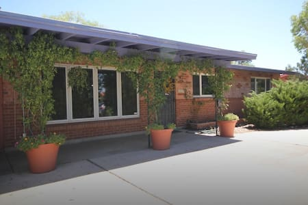 Solar-Powered Cozy Private Room/Bath - Central