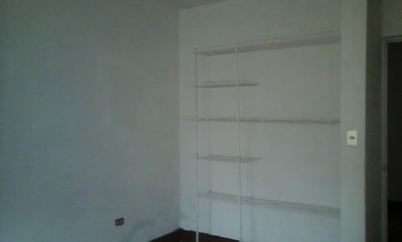Dormitorio con pequeños armario para ropa