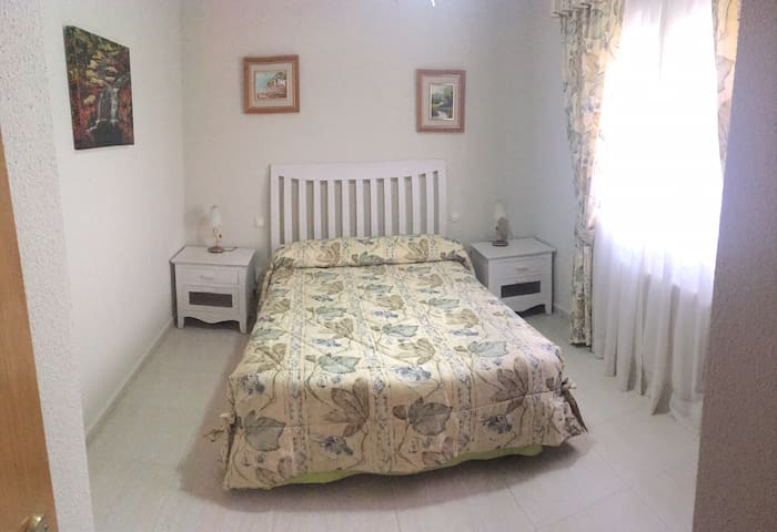 Estupenda cama matrimonial con un colchón de látex 100x100