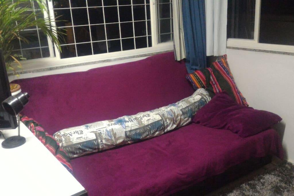 Sofá Bi-cama (acomoda 2 pessoas.)