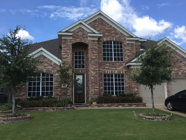 Lake view property, great outdoor space - Grand Prairie - House