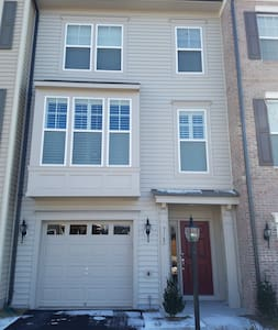 New Townhome with Spacious Living Area - Bristow