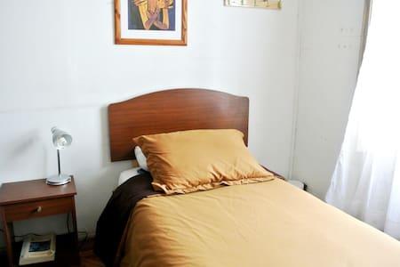 Habitacion individual en Hostal - Santiago