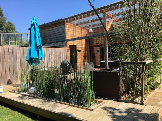 Maison familiale bioclimatique en bois av piscine