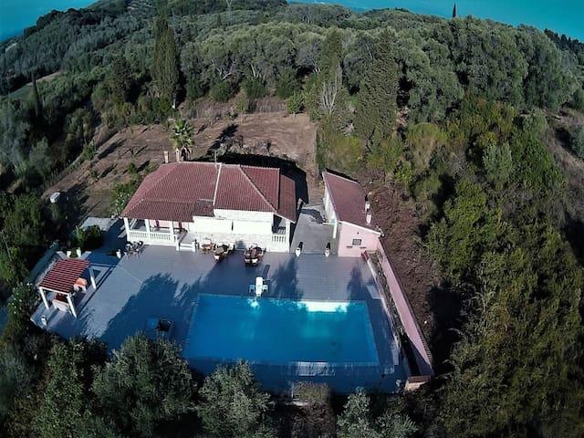 Villa Psaropouli accommodates with comfort 4 a...