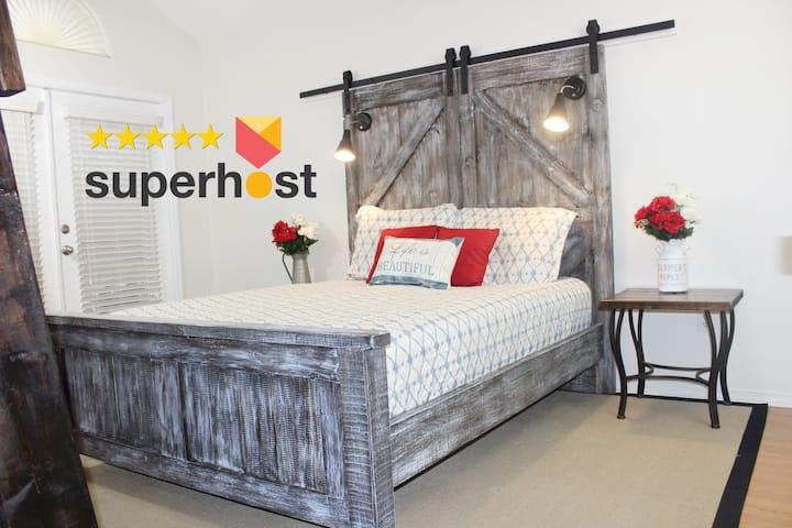Master Bedroom w/3 Queen Beds & Private Bath - UCF