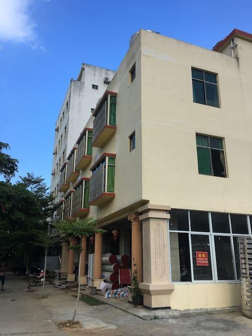 这是3层公寓楼,有门禁系统,有全方位监控,有24小时热水