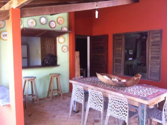 Casa aconchegante com piscina, jardim e garagem.