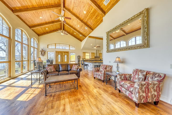 Large, lakefront home w/panoramic lake view, lake access, deck, and piano!