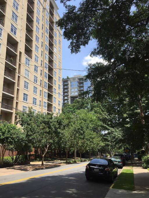 Located in a safe, walkable area. There are countless bars, restaurants, and activities in walking distance including The Vortex, Margaret Mitchell House, MARTA station, grocery stores, and pharmacies