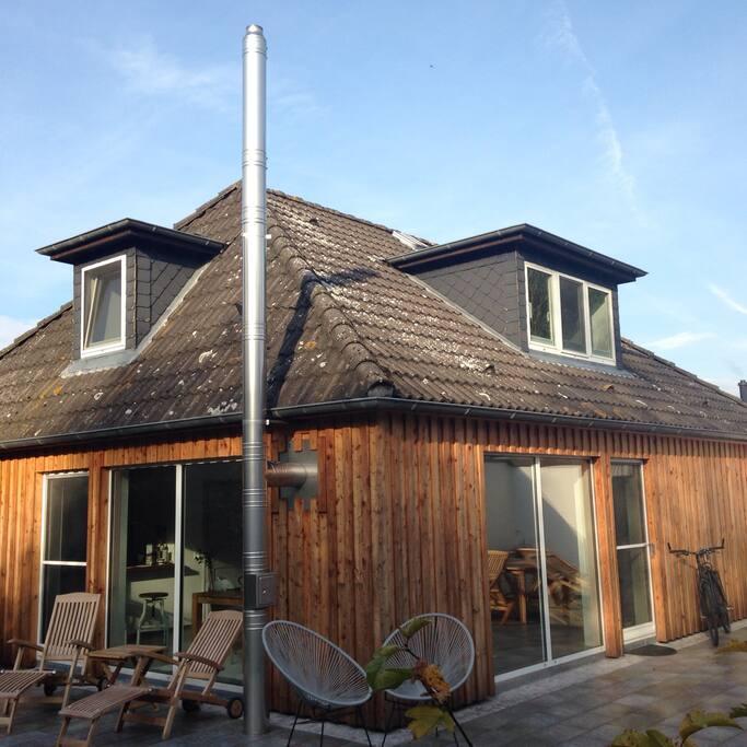 Das Holzhaus wurde okölogisch grunderneuert 2015. Klares, skandinavisches Design trifft auf nordfriesische Gemütlichkeit.
