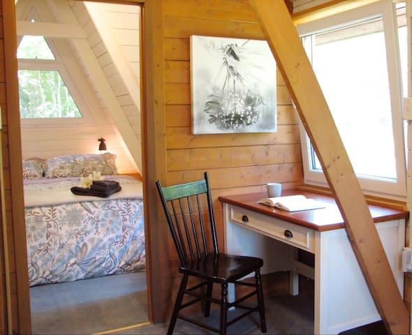 Lake AFrame cabin, fireplace, king bed, desk.☕️🔥❄️🛷