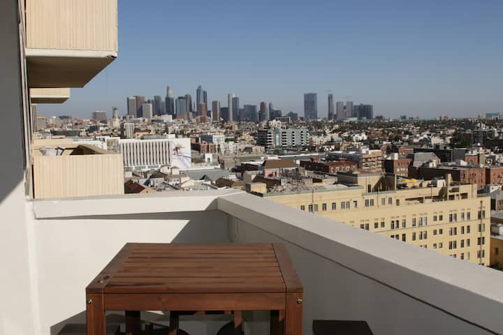 BEST VIEW IN LA - FUN FEMININE APARTMENT