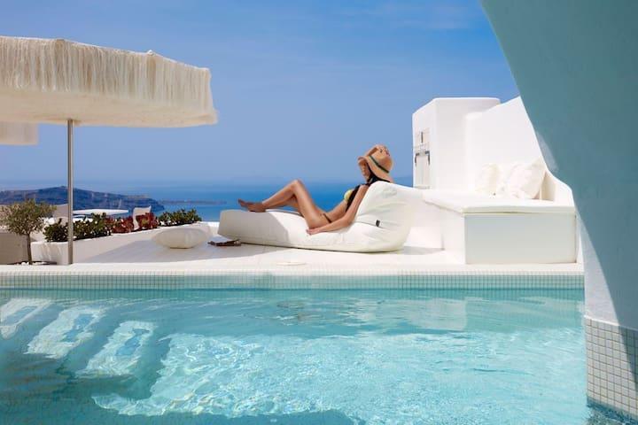 Cream Suite with private pool & caldera view