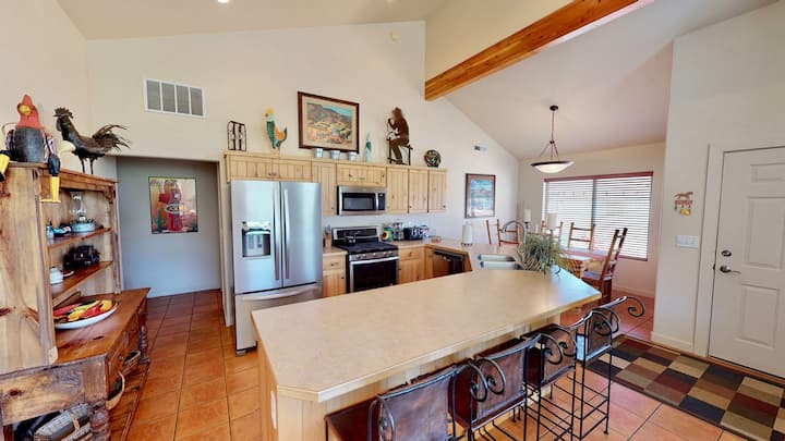 Rim Cove ~ O2, Stunning Views, Beautifully Decorated, Private Hot Tub, Your Moab Getaway Home! - Rim Cove ~ O2
