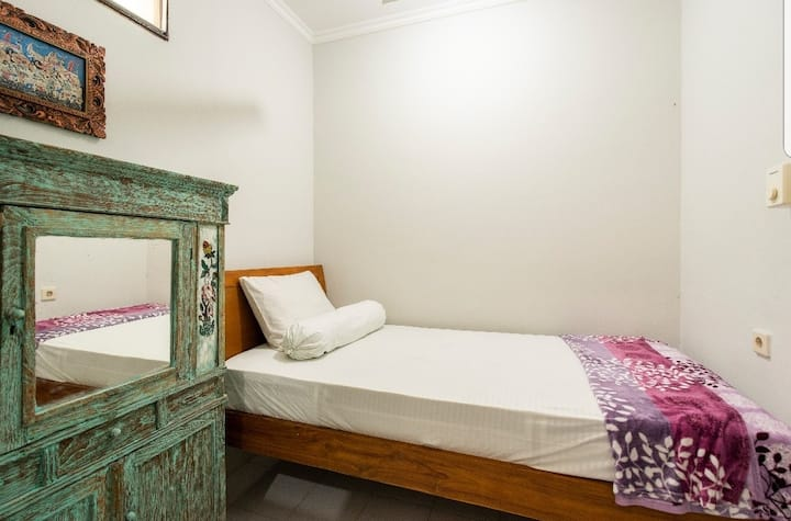 Leni homestay bali, just 1 bed room for 1 people.