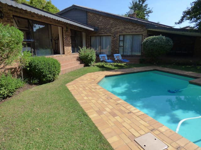 Spacious 3BD house with pool in Security Estate - Sandton - Huis