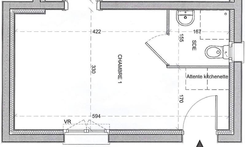 Espace nuit à gauche.  au milieu espace salon, Tv, table à manger.  à droite espace kitchenette, salle de douche, toilette et entrée. Au milieu en bas grande fenêtre avec store enrouleur qui permet d'accéder au petit jardin .