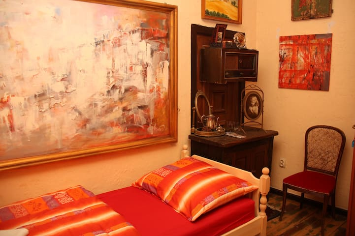 Guest House, Malkia Inter