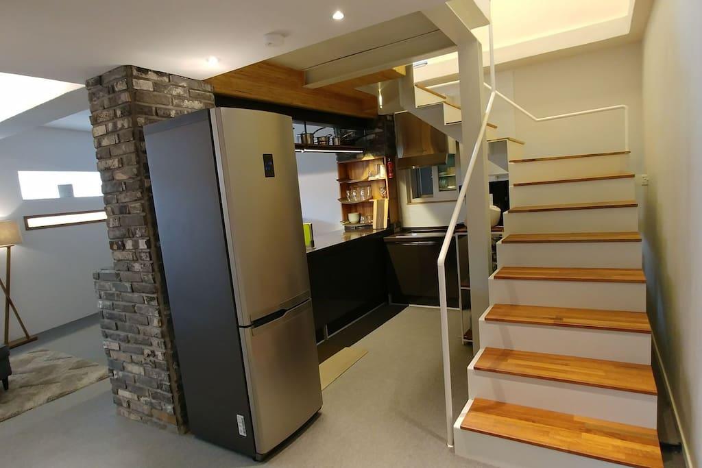 거실 키친 서재 등의 활동공간은 1층, 침실 샤워장,베란다는 2층의 복층구조