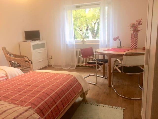 Geräumiges Zimmer mit großem Sitzbereich