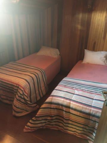 Quarto 6 (conjugado com o quarto 5) 2 camas de solteiro 1 cama infantil 2 armários 1 ventilador