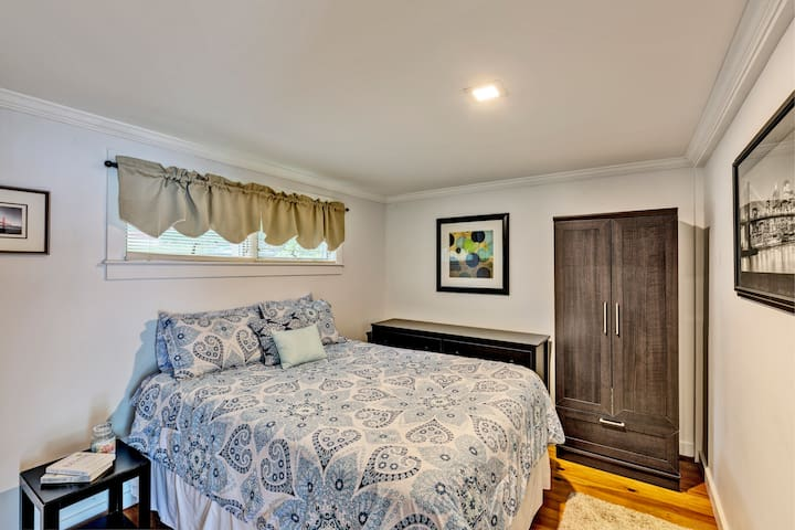 Downstairs bedroom with queen size bed. Linens are provided for all beds