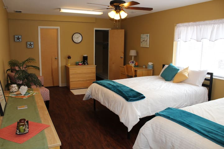 Double Suite 5 min walk to shops, 10 seconds to MU