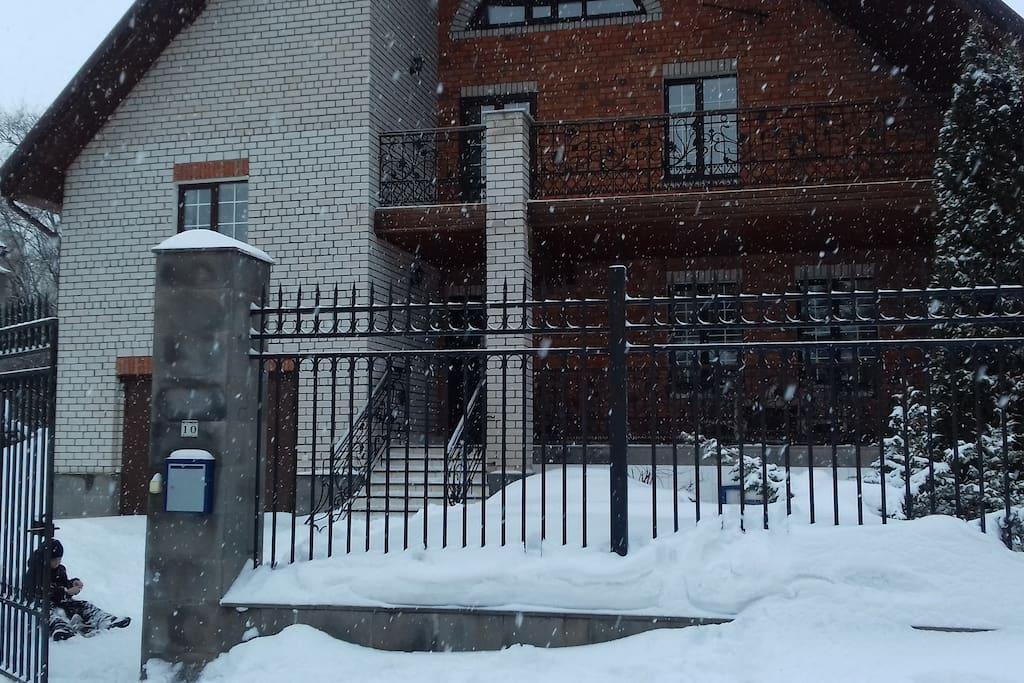 Зимы у нас очень снежные. Наш дом.