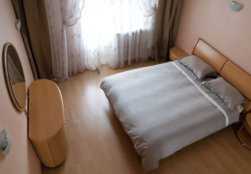 Спальня, кровать с ортопедическим матрасом 160х200см, комод с зеркалом.