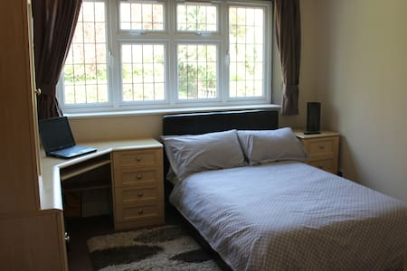 Superb double bedroom - Potters Bar - Bed & Breakfast