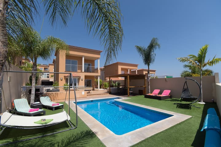 Beautiful 3 bedroom villa with private heated pool