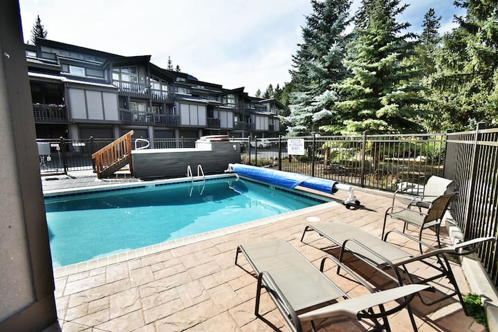 On River- Easy Drive to All Activities. Walk to Dining, Shops. Complex Pool