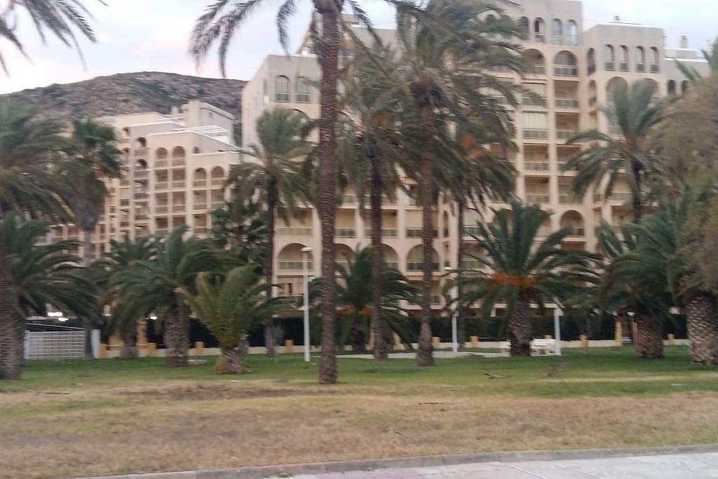 Vistas del edificio desde el paseo marítimo