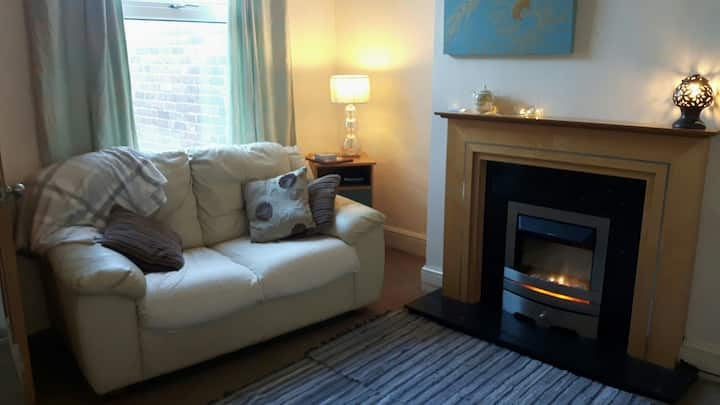 cosy 1 bed flat large lounge, private outside yard