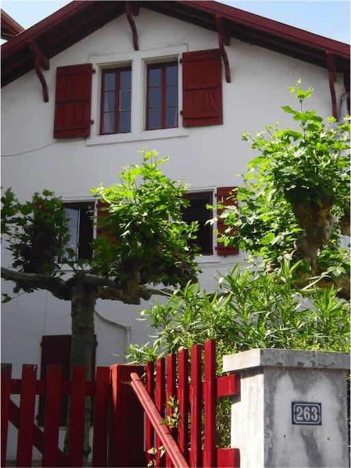 Le studio se situe dans une résidence dans le plus pur style basque