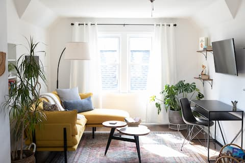 Bright 1BR Private Apt in Milwaukee Bungalow