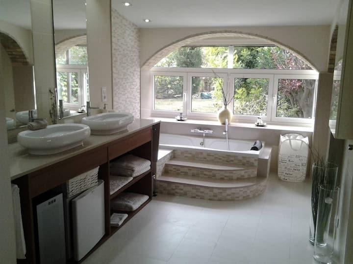 Habitación en Casa Olyves con piscina.