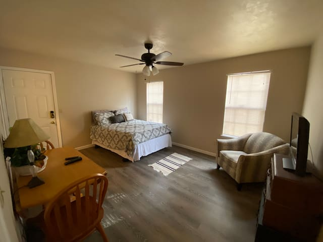 Private guest suite walking distance to FSU!