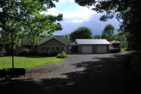 """""""Haven Woods"""", quiet house, 10 minutes to Ithaca"""