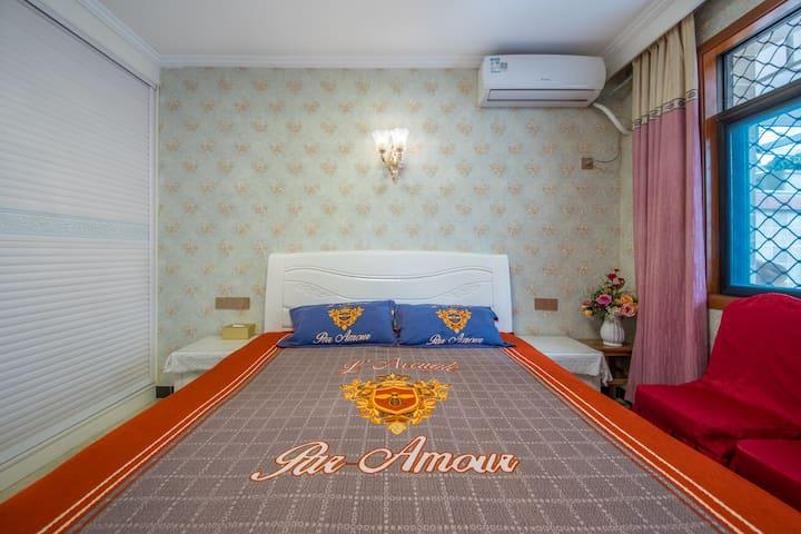 东关街黄金地段,南北通透的大床房,南通庭院北连客厅。