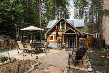 Cozy Yosemite Cabin w/ Hot Tub in the Pines.