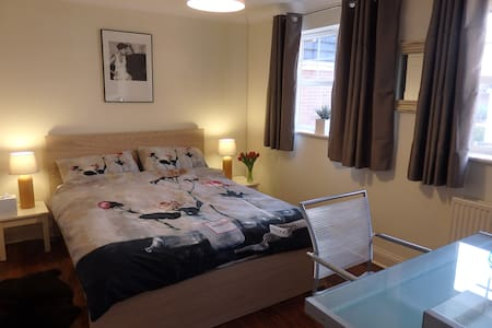 Double Room, Modern Home, Parking. - Cheltenham  - Дом