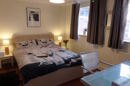 Double Room, Modern Home, Parking. - Cheltenham